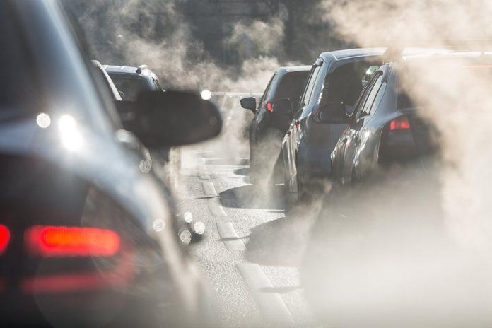 macchine in fila nel traffico