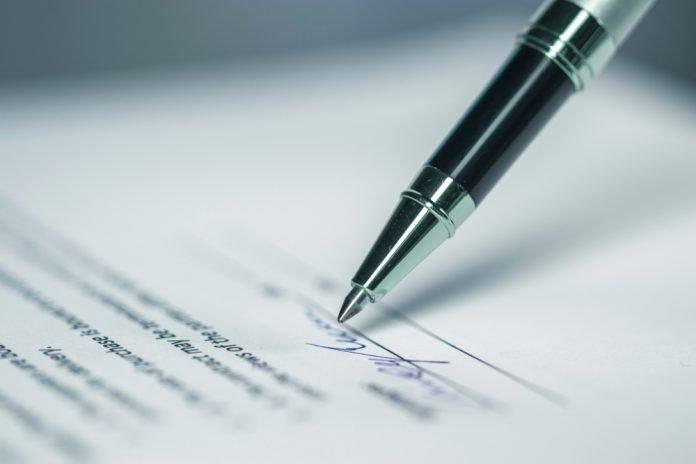 Firma su documento (foto repertorio Shutterstock.com)